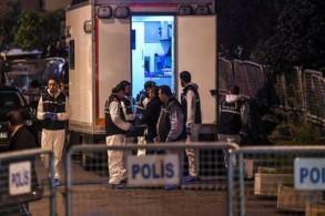 أفراد من الشرطة التركية أمام القنصلية السعودية