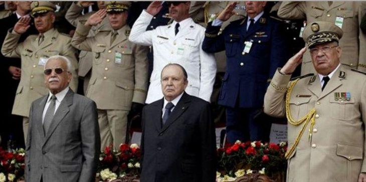 الرئيس الجزائري عبد العزيز بوتفليقة وسط بعض كبار ضباط الجزائر- (صورة من الأرشيف).