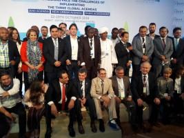 رئيس الحكومة المغربي في صورة جماعية مع المشاركين في المنتدى العالمي للجهات