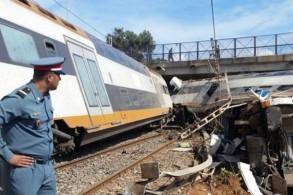 موقع الحادث الأليم ويبدو القطار منحرفا عن سكته