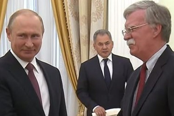 لقاء سابق بين بوتين وبولتون