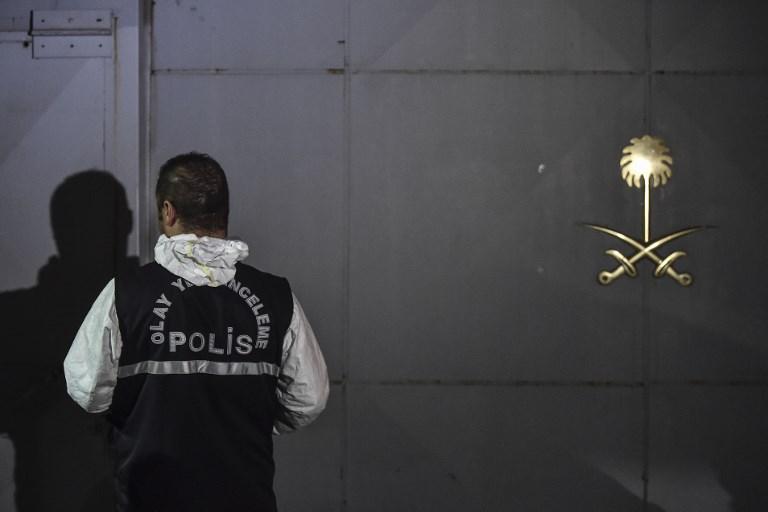 محقق تركي أمام مقر قنصلية الرياض في اسطنبول