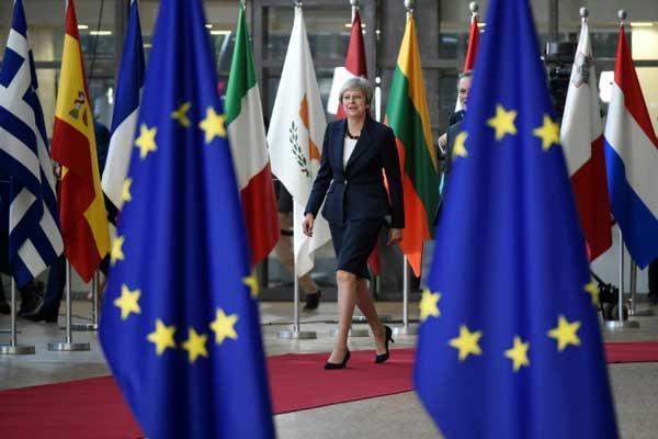 رئيسة الوزراء البريطانية تيريزا ماي تصل إلى المجلس الأوروبي في بروكسل بتاريخ 17 أكتوبر 2018 لحضور قمة الاتحاد الأوروبي