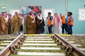 الأمير محمد بن سلمان خلال زيارته المعهد السعودي التقني للخطوط الحديدية