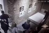 زوار يتلفون أحد أعمال دالي الفنية في روسيا