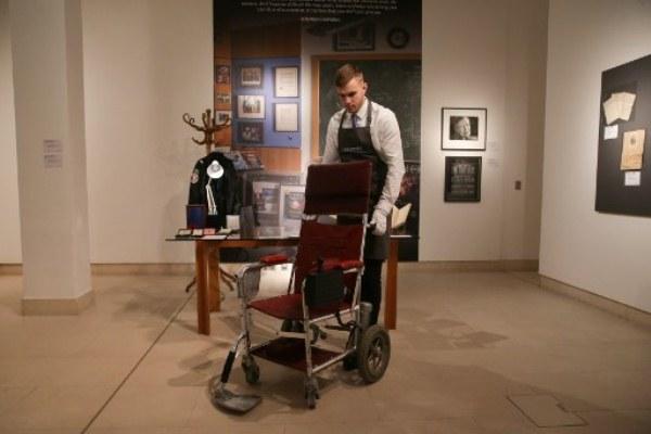 كرسي هوكينغ الذي بيع في المزاد