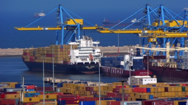 ميناء مدينة الدار البيضاء أحد المنافذ الكبيرة للتبادل التجاري مع مختلف دول العالم.