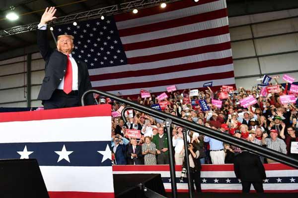 الرئيس الأميركي دونالد ترمب يحيّي أنصاره في جولة انتخابية في ماكون في ولاية جورجيا يوم الأحد الماضي