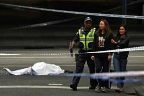 شرطي أسترالي يطلب من الناس مغادرة مكان الهجوم في ملبورن الجمعة 9 نوفمبر 2018