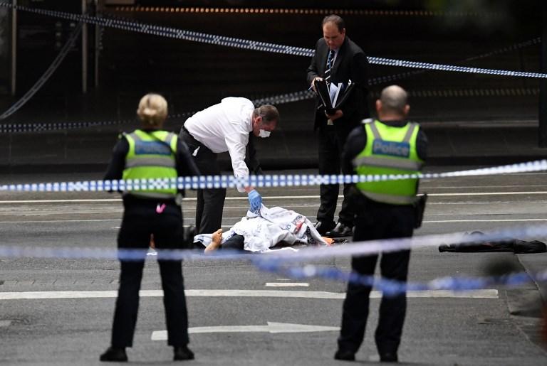 رجال الشرطة الاسترالية يحيطون بجثة منفذ الاعتداء