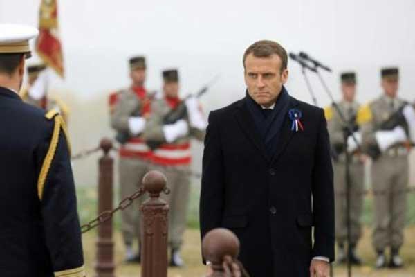 الرئيس الفرنسي يحضر مراسم في 5 نوفمبر 2018 في مورانج في شرق فرنسا تكريمًا لذكرى الجنود الذين قتلوا في معارك في أغسطس 1914، في إطار الذكرى المئوية لانتهاء الحرب العالمية الأولى
