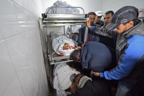 فلسطينيون يبكون قتلاهم في غزة