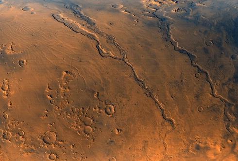 صورة لوكالة (ناسا) تظهر وديانا عميقة على سطح المريخ