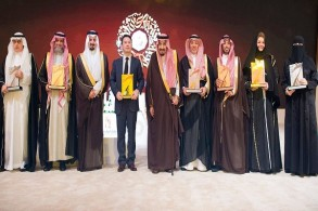 العاهل السعودي الملك سلمان بن عبد العزيز خلال تسليم الجوائز