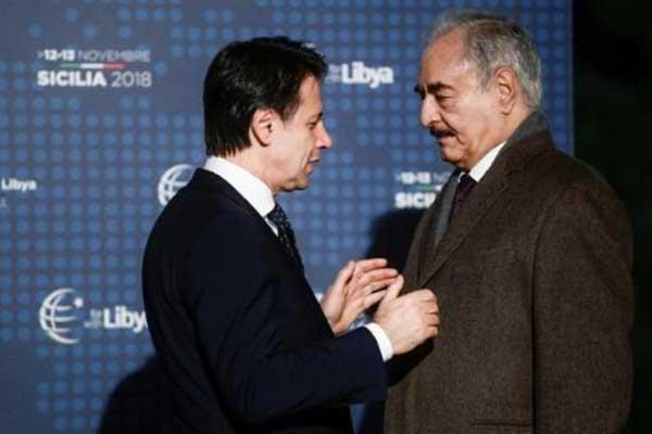 رئيس الوزراء الإيطالي جوزيبي كونتي (يسار) والمشير خليفة حفتر في باليرمو في 12 نوفمبر 2018