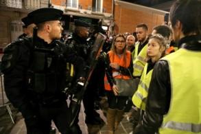 شرطة مكافحة الشغب أمام مبنى بلدية ريمس حيث تظاهر مئات الاشخاص وهم يرتدون السترات الصفراء