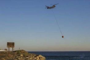 مروحية تنقل الماء من المحيط الهادئ ضمن جهود إخماد النيران في ماليبو الأربعاء 14 نوفمبر 2018
