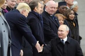 بوتين وترمب يتصافحان خلال احتفال ذكرى انتهاء الحرب العالمية الأولى