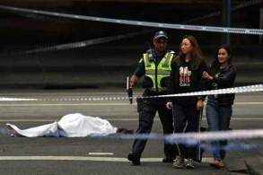 شرطي أسترالي يطلب من الناس مغادرة مكان الهجوم في ملبورن يوم الجمعة 9 نوفمبر 2018