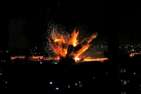 نيران تندلع إثر غارة إسرائيلية استهدفت رفح في جنوب قطاع غزة بتاريخ 12 نوفمبر 2018
