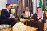 العاهل السعودي يستقبل وزير الخارجية البريطاني