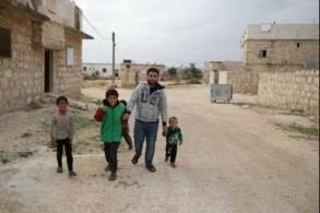 أحمد طلحة المقاتل السوري السابق مع أطفال في عينجارة في ريف حلب الغربي بتاريخ 10 نوفمبر
