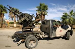 عناصر من قوات الأمن الموالية للمشير خليفة حفتر على متن شاحنات محملة بالسلاح في بنغازي بتاريخ 24 تشرين الأول/اكتوبر 2018