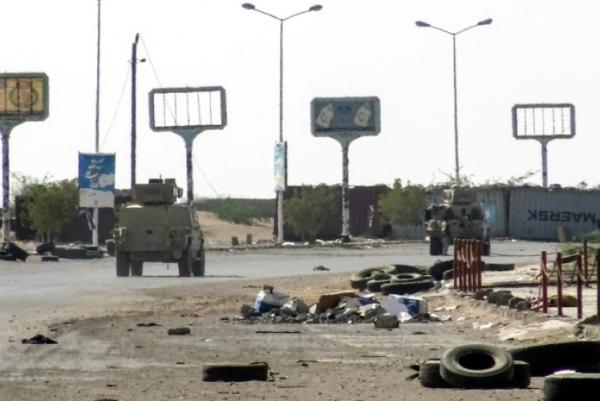 آليات مدرعة تابعة للقوات الموالية للحكومة اليمنية تتقدم في المنطقة الصناعية في شرق مدينة الحديدة