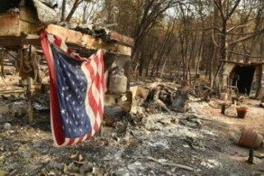 علم أميركي فوق منزل نقال احترق في منطقة باراديس في كاليفورنيا بتاريخ 18 نوفمبر