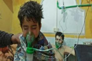 طفل سوري يتلقى إسعافات في عيادة ميدانية في الغوطة الشرقية بعد هجوم كيميائي مفترض بتاريخ 25 فبراير 2018