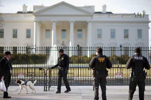 عناصر أمنية ينتشرون أمام البيت الأبيض إثر محاولة تسلل فاشلة
