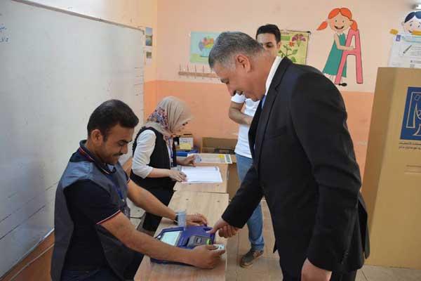 أرشد الصالحي رئيس الجبهة التركمانية العراقية يدلي بصوته في كركوك