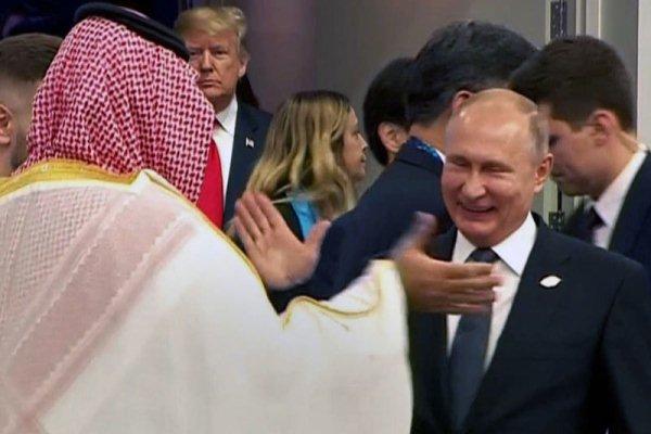 مصافحة ولي العهد السعودي والرئيس الروسي