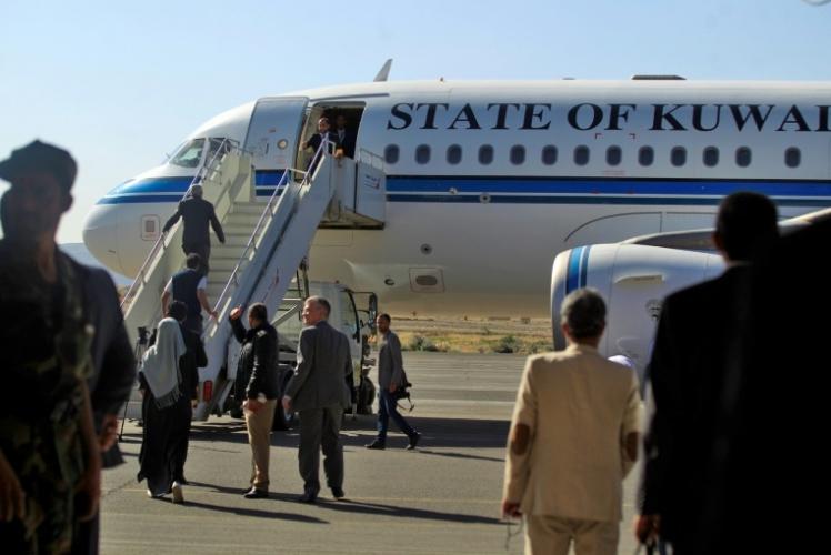 أعضاء وفد الحوثيين قبيل مغادرتهم صنعاء على متن طائرة تابعة للطيران الكويتي الى السويد