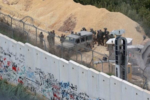 جنود وآلية إسرائيلية قرب الحدود مع لبنان
