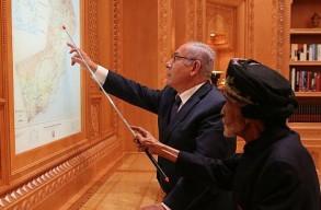 نتانياهو مع السلطان قابوس في عمان اكتوبر الماضي