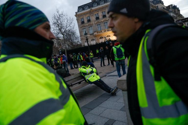 نقاش بين عضوين من السترات الصفر في قلب باريس