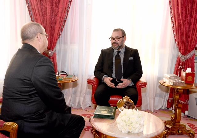 العاهل المغربي لدى استقباله احمد شوقي بنيوب في القصر الملكي بالرباط امس - MAP
