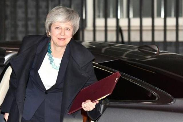 رئيسة الوزراء البريطانية تيريزا ماي عند عودتها إلى مقر الحكومة في لندن في 10 ديسمبر بعد إرجاء التصويت البرلماني