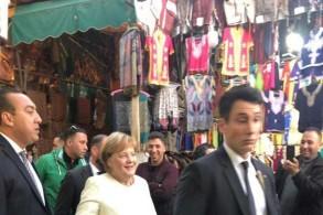 ميركل أثناء قيامها بجولة في أسواق مراكش