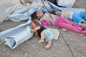 نازحون اطفال من الانبار يفترشون الارض
