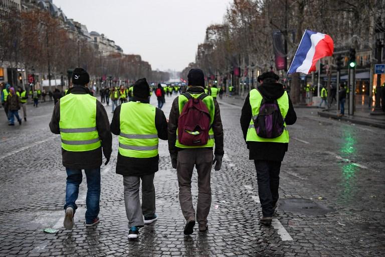 أصحاب (السترات الصفراء) يخرجون إلى شوارع فرنسا