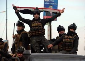 عاصر من القوات الخاصة العراقية تحتفل بالنصر في الذكروى الأولى لهزيمة