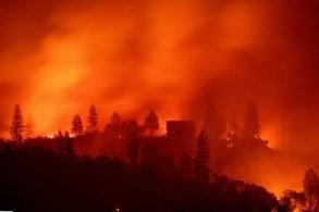 حريق كامب فاير يلتهم منزلًا في شمال ولاية كاليفورنيا بتاريخ 10 نوفمبر 2018