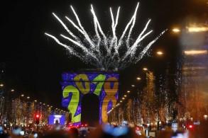 من احتفالات قدوم العام 2018 في شارع الشانزيليزيه في قلب باريس