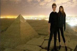 أندرياس هيفيد وصديقته على رأس أحد أهرامات الجيزة