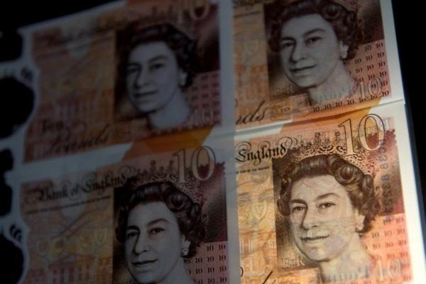 أوراق نقدية من فئة عشرة جنيهات استرلينية في صورة من الارشيف