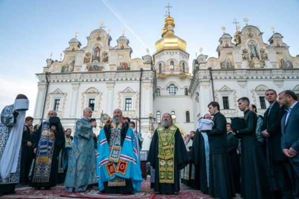 رئيس الكنيسة الأرثوذكسية الأوكرانية التابعة لبطريركية موسكو المطران أونوفري (وسط) يترأس قداسًا في دير بيشيرسك لافرا في كييف في 14 أكتوبر 2018