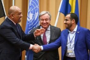 وزير الخارجية اليمني خالد اليماني يصافح رئيس وفد الحوثيين محمد عبد السلام أمام الامين العام للأمم المتحدة انطونيو غوتيريش
