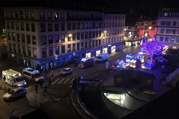 وحدات من الشرطة والإطفاء والطوارئ في ساحة غوتنبرغ بوسط ستراسبورغ